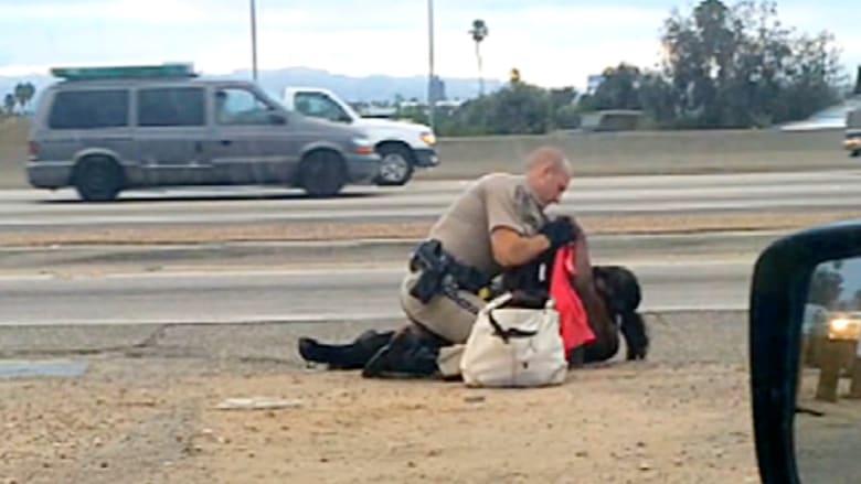 سيدة تتعرض للكمات من قبل شرطي بكاليفورنيا