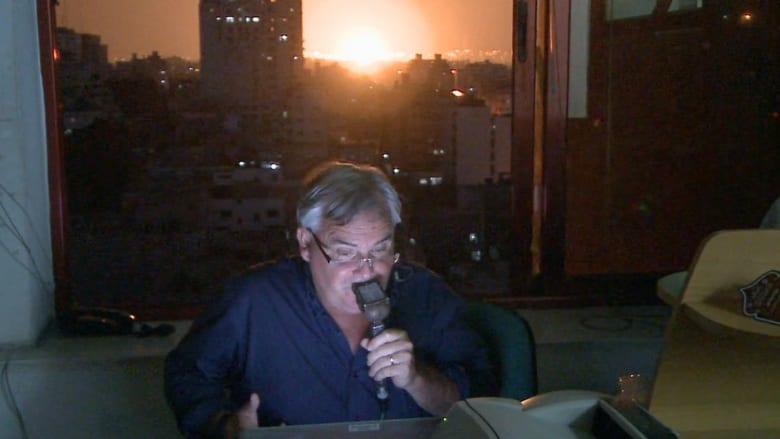 مراسل شبكة CNN يشهد انفجارات في غزة
