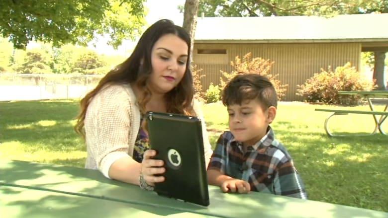 """طفل ينقذ والدته من الموت باستخدام """"آيباد"""""""