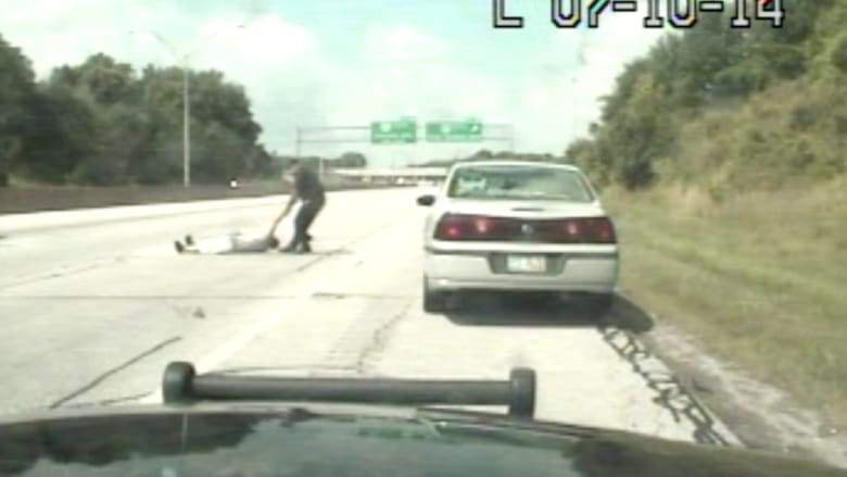 شرطي يخاطر بحياته لإنقاذ سائق مركبة مخمور