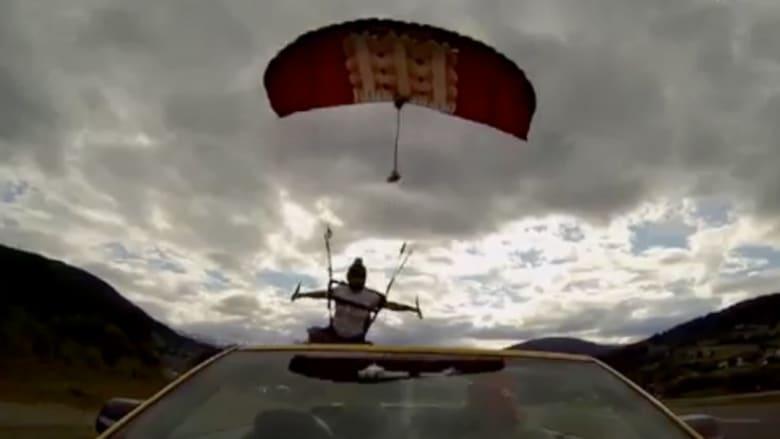 القفز بالمظلات على سيارات متحركة