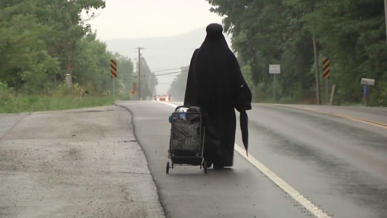من هي الامرأة الغامضة في اللباس الأسود؟