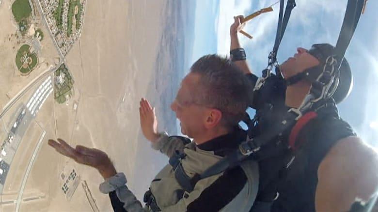 رجل ضرير يقفز من على متن طائرة