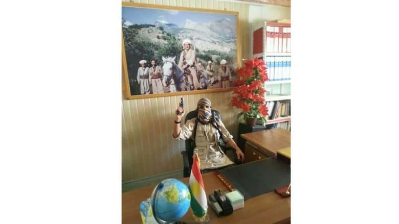 """أحد عناصر """"داعش"""" في مكتب رئيس المجلس المحلي لبلدة سنجار"""