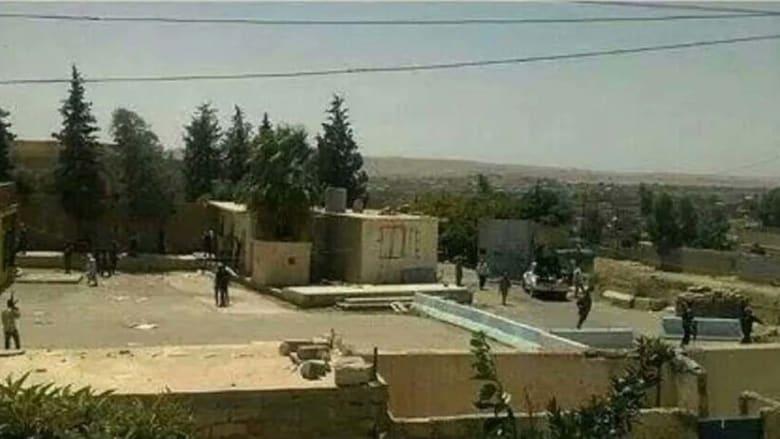 """عناصر مسلحين من تنظيم """"الدولة الإسلامية"""" على أسطح المباني التابعة للسد الذي سيطروا عليه على نهر دجلة"""