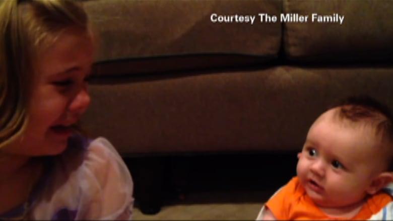 طفلة تبكي لتقدم شقيقها الرضيع بالسن