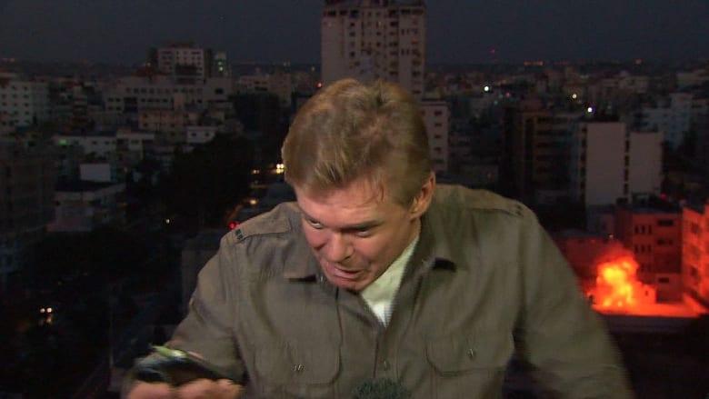 كاميرات CNN تلتقط لحظة وقوع انفجار بقربها في غزة