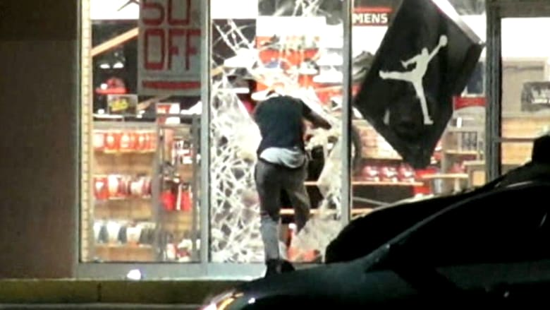 بالفيديو.. اعمال شغب في ميسوري بعد مقتل مراهق أعزل برصاص الشرطة