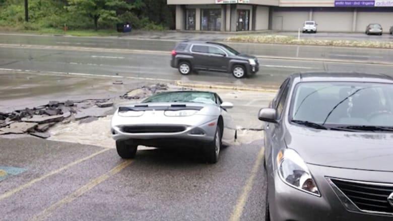 """إنقاذ امرأة قبل أن تبتلع """"حفرة الجحيم"""" سيارتها"""