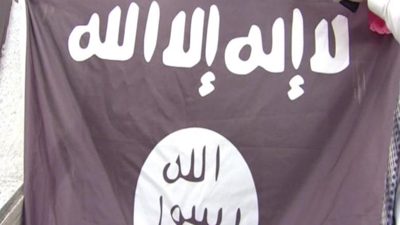 """أمريكي يثير الجدل برفع علم """"داعش"""" فوق منزله"""