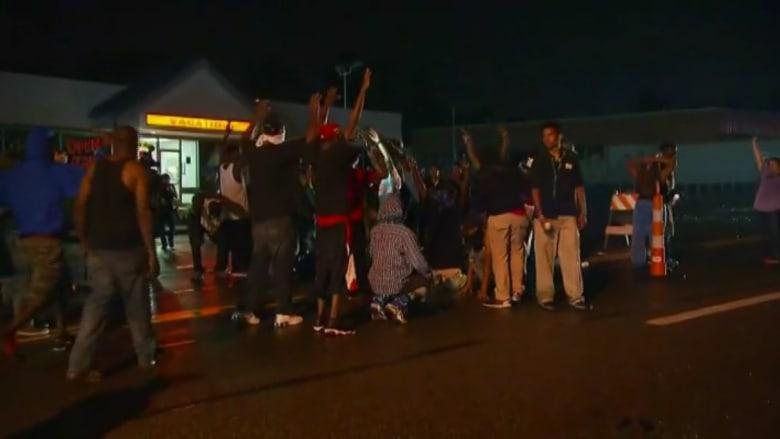 فيرغسون ..استمرار الاحتجاجات والمتظاهرون يغلقون الطريق
