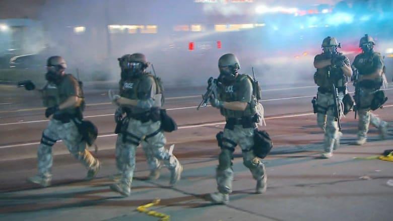 شرطة فيرغسون ومتظاهرون يتبادلون الرشق بقنابل الغاز