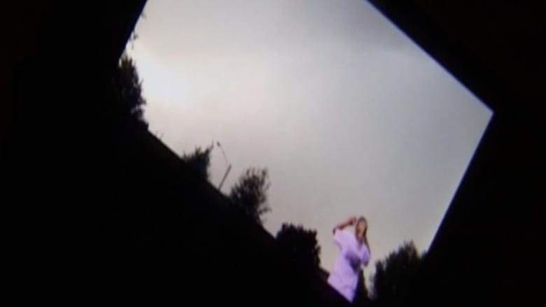 بالفيديو..  لحظة إصابة امرأة بصاعقة برق في أمريكا