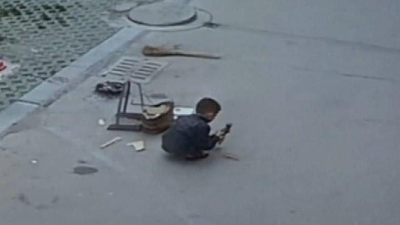 طفل صيني ينجو بأعجوبة بنزوله تحت سيارة متحركة