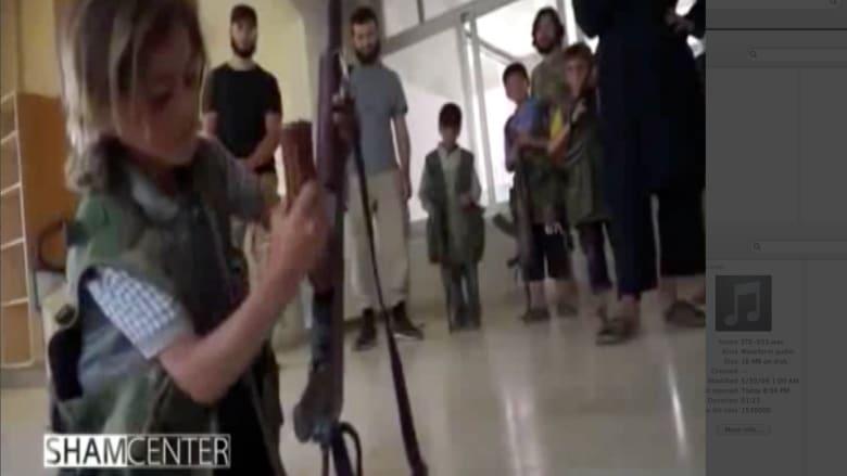بالفيديو .. كيف يربي داعش الأطفال على الولاء والموت واستخدام السلاح ؟