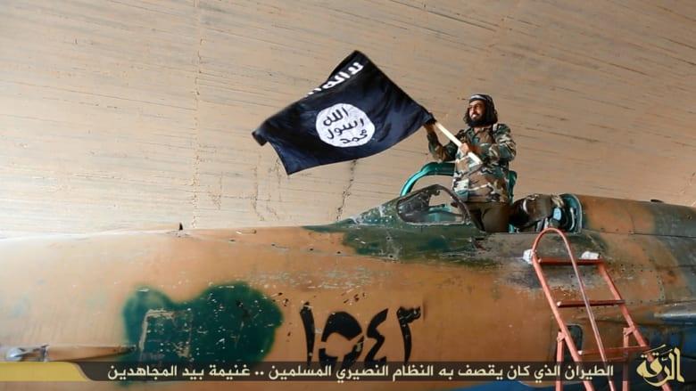داعش: نجبر الطيارين المحتجزين بمطار الطبقة على تدريب عناصرنا على الطيران