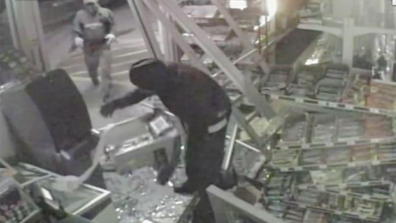 الكاميرا توثق فشل لصوص في سرقة صراف آلي