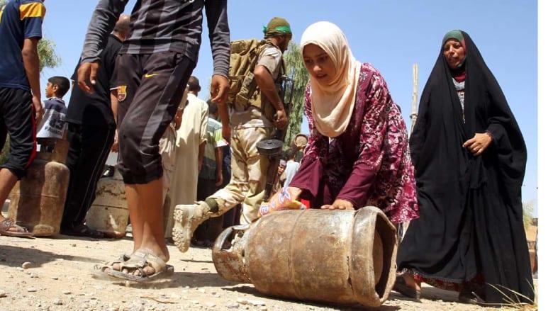 العراق، آمرلي، توميع اسطوانات الغاز على المواطنين في أمرلي بعد دخول القوات العراقية إلى البلدة التي كانت تحتلها مليشيات داعش