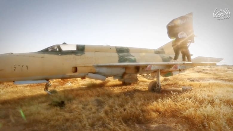 """فيديو جديد لمعارك """"داعش"""" وغنائمهم """"الخطرة"""" في مطار الطبقة العسكري"""