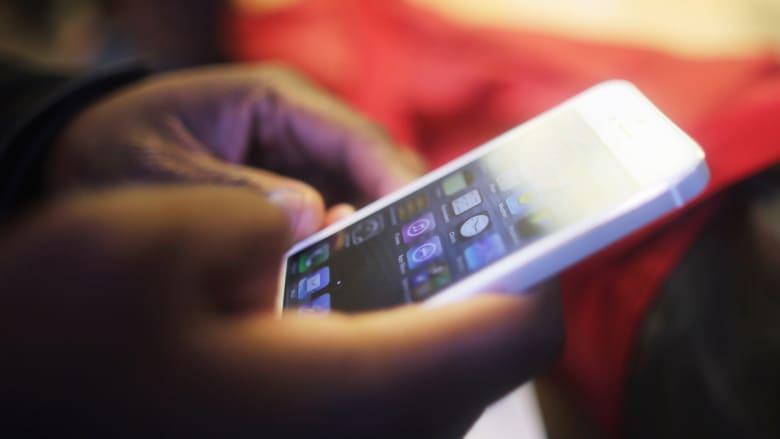 متى نكون أغبياء في استخدام هواتفنا الذكية؟ وما خطورة الأشعة الزرقاء؟