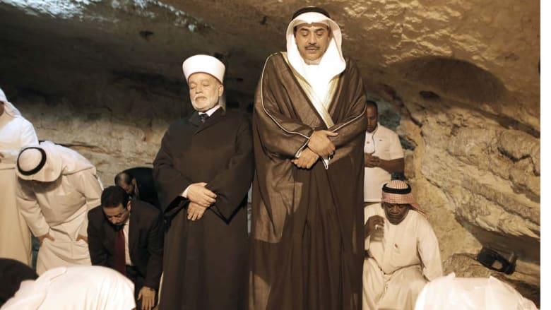 نائب رئيس الوزراء وزير خارجية الكويت يؤدي الصلاة مع مقتي القدس محمد حسين داخل مسجد قبة الصخرة بالحرم القدسي، 14 سبتمبر/ أيلول 2014