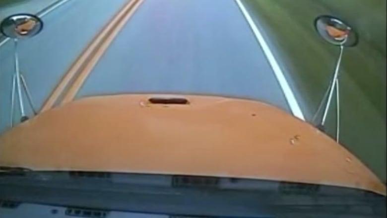 بالفيديو .. سائقة حافلة المدرسة تصدمها بمنزل لتجنب الأطفال في الحديقة