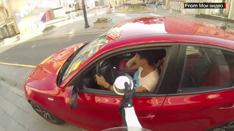 فيديو لبطلة مجهولة تلقي النفايات على من يرميها في الشارع