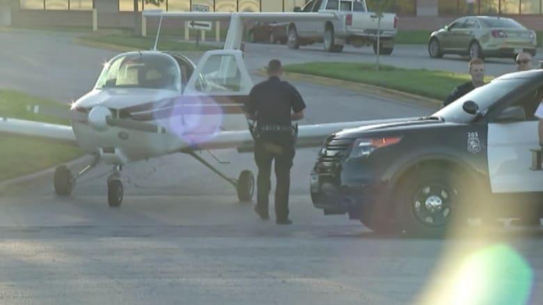 شاهد طائرة تهبط على الطريق العام للتزود بالوقود