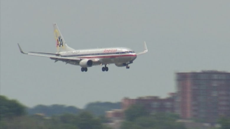بالفيديو.. بفارق 5 دقائق طائرتان أمريكيتان تعودان إلى المطار لخلل فني