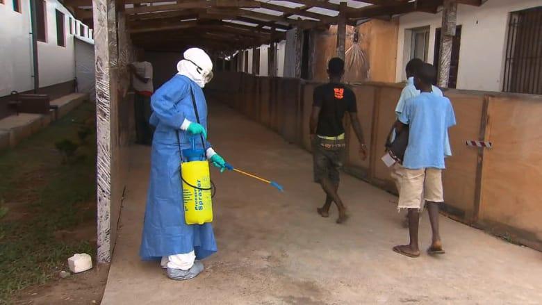مرضى إيبولا يتساقطون أمام مستشفى مخصص لهم.. غير مجهز طبيا