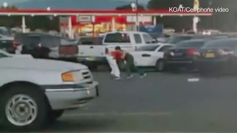 مشهد رصدته الكاميرا.. رجل يطعن آخر لخلاف على موقف السيارات