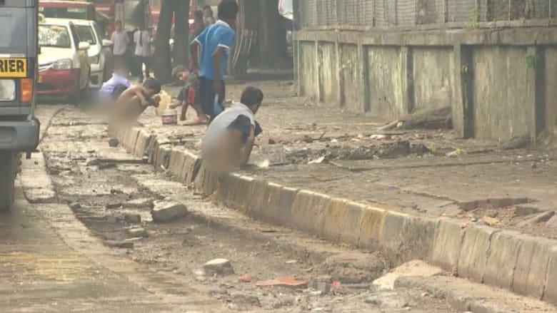 بالفيديو.. 130 مليون أسرة تقضي حاجتها في شوارع الهند