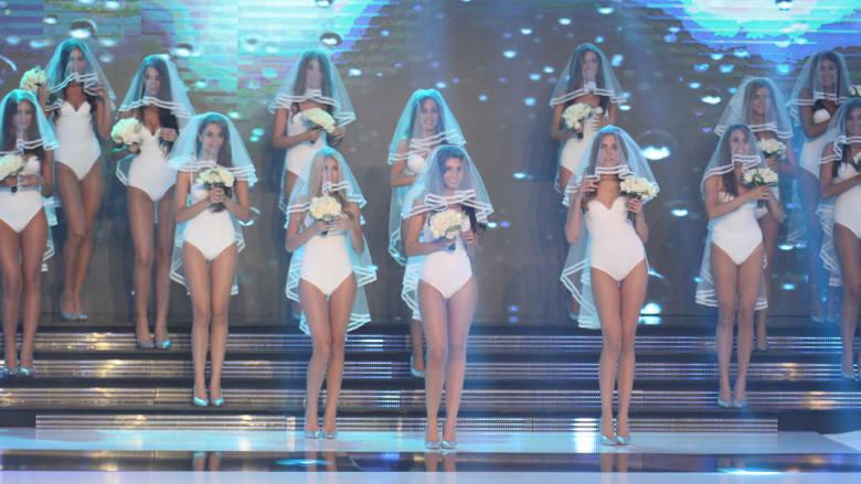 المتسابقات لملكة جمال لبنان على المسرح خلال المنافسة