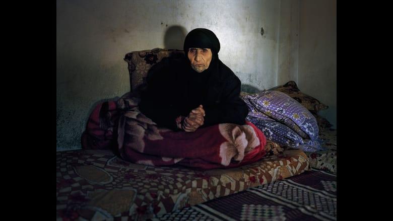 """لقد تغير الكثير على """"حمدة"""" التي تبلغ من العمر 106 أعوام في السنوات الـ45 التي مضت. فقد توفي زوجها وفقدت بصرها والآن هي لاجئة."""