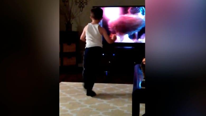 """طفل يتقن رقصات الفيلم الشهير """"درتي دانسينغ"""""""