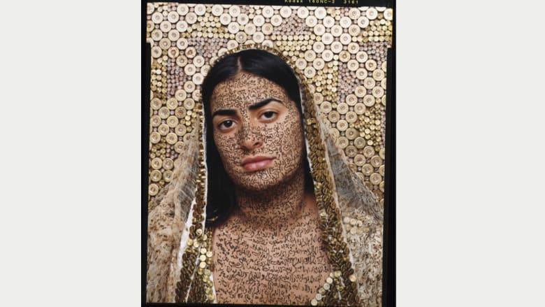 فنانة مغربية تحتفل بجمال المرأة العربية بالرصاص