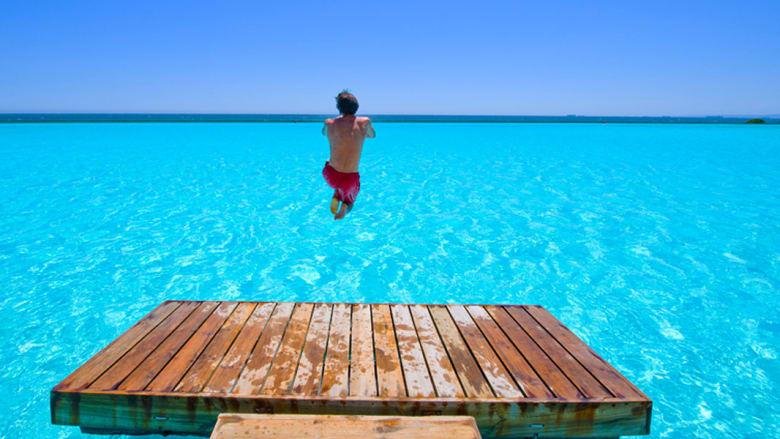 بالصور..بحيرات اصطناعية فيروزية اللون لدعم القطاع العقاري