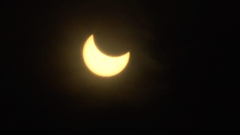 شاهد كسوف الشمس الجزئي في سماء كولورادو