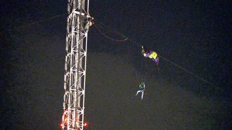 شاهد لحظة إنقاذ مظلي علق على برج اتصالات