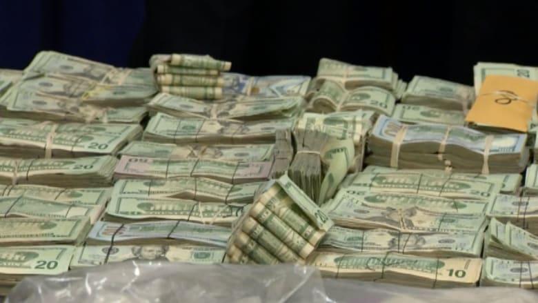 السماء تمطر نقوداً.. والطريق مغلق بسبب تراكم الدولارات!