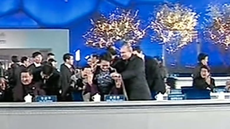 بوتين يضع شالا على كتف سيدة الصين الأولى والرقابة تحذف المشهد