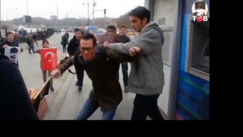 """بالفيديو.. """"اعتداء"""" على ثلاثة جنود أمريكيين في اسطنبول"""