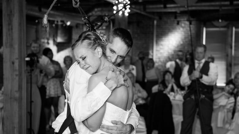 بالفيديو.. مقعد يفاجئ عروسه بالوقوف يوم الزفاف