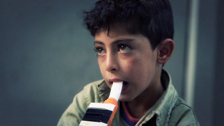 """طفل من """"كوباني"""" يعزف الناي بشوارع اسطنبول ليطعم عائلته"""