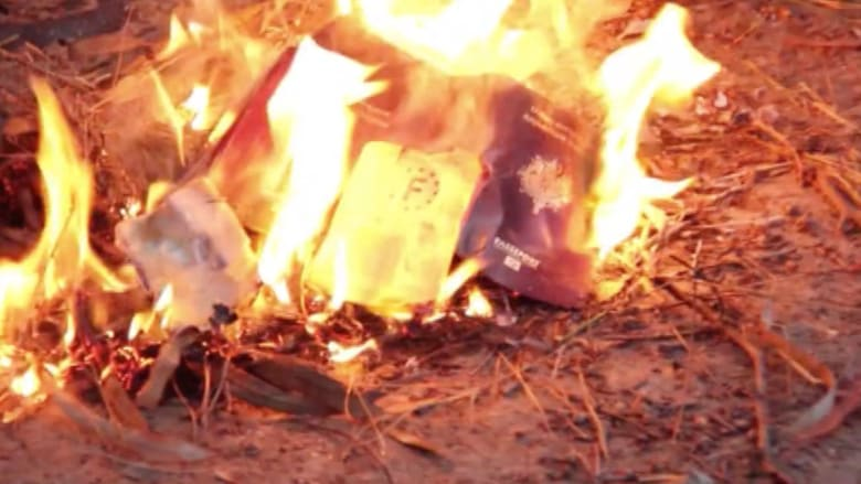 """بالفيديو .. مقاتلو """"داعش"""" الفرنسيون يحرقون جوازات سفرهم"""