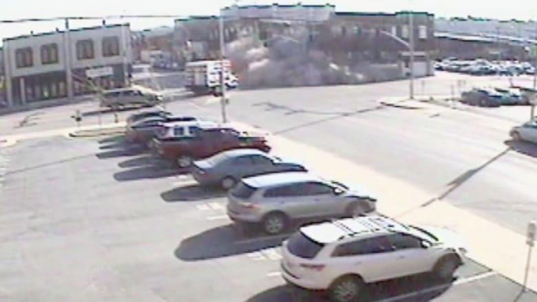 بالفيديو.. لحظة انهيار مبنى في اصطدام سيارة مسروقة تلاحقها الشرطة