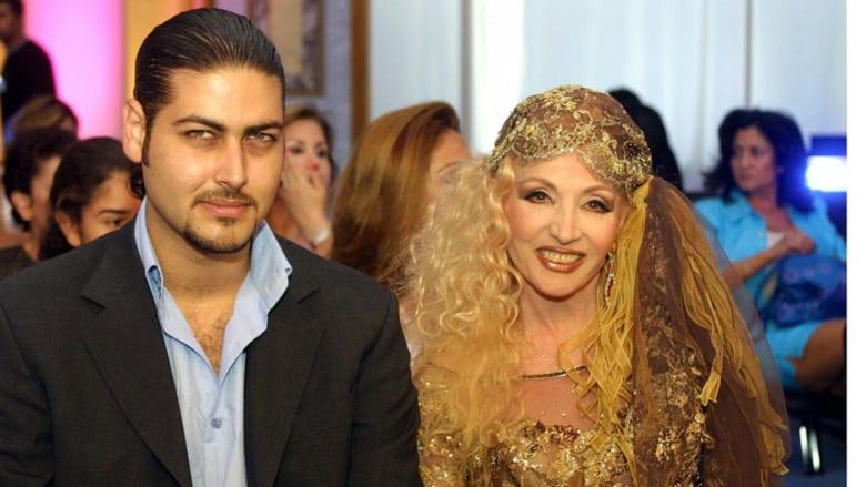 الفنانة صباح مع خطيبها عمر محيو خلال حضور عرض أزياء لزهير مراد في بيروت 15 سبتمبر/ أيلول 2002