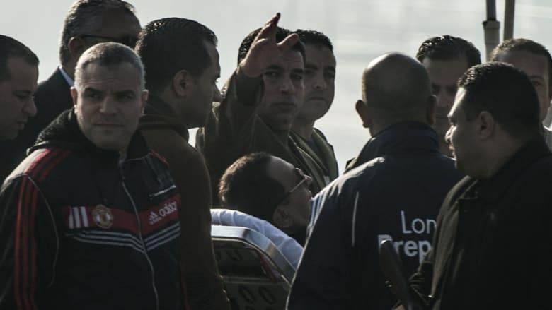 مبارك على نقالة طبية في طريقه من المستشفى إلى المحكمة