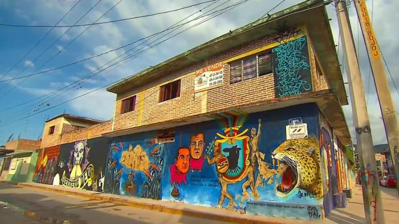فنان يتحدى الموت والحكومة لـ15 عاماً برسم جداريات في شوارع المكسيك