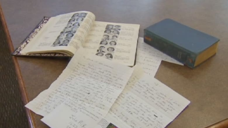 بالفيديو.. رجل يعيد كتاباً بعد استعارته قبل 65 عاماً